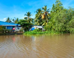 Wohnhaus am Flussufer im Mekong Delta