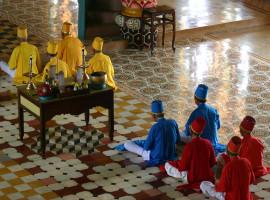 Zelebrierende Cao Dai Mönche