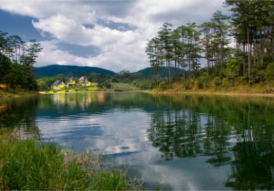 Blick auf einen See im Hochland