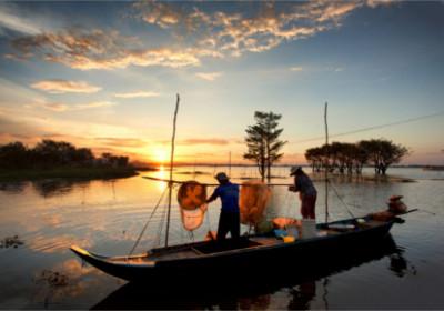 Fischer bei der Arbeit während dem Sonnenuntergang