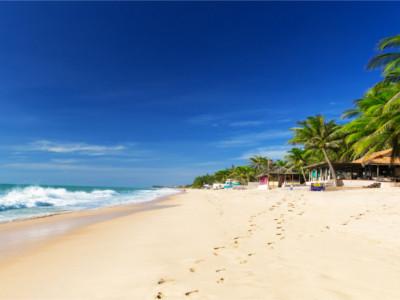 Blick auf einen einsamen Strand