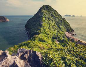 Blick auf einen Berg in der Halong Bucht
