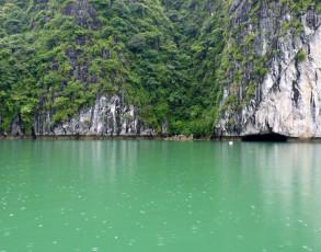Blick auf den Höhleneingang Halong Bucht