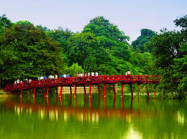 Blick auf die Rote Brücke Hoan Kiem See in Hanoi