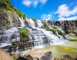 Fabelhafter Wasserfall im Hochland