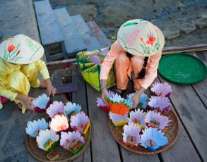 Vorbereitung von schwimmenden Kerzen in Hoi An