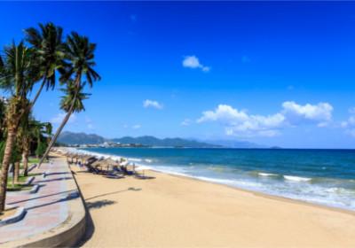 Blick auf den Starnd mit Promenade von Nha Trang