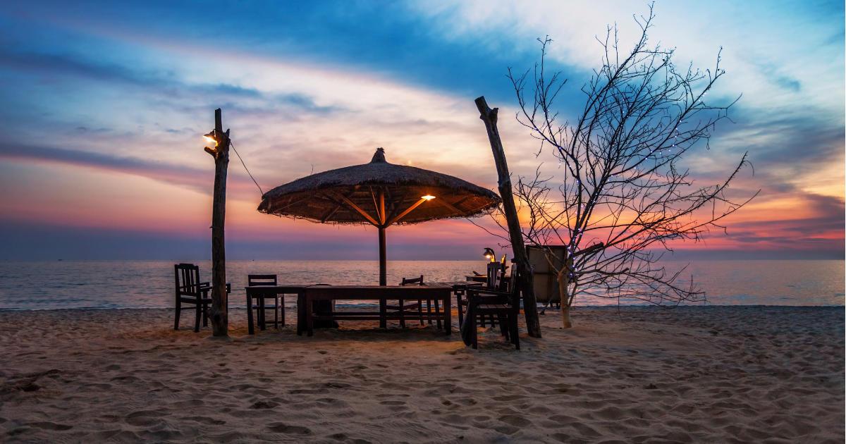 Romantischer Blick auf den Strand beim Sonnenuntergang