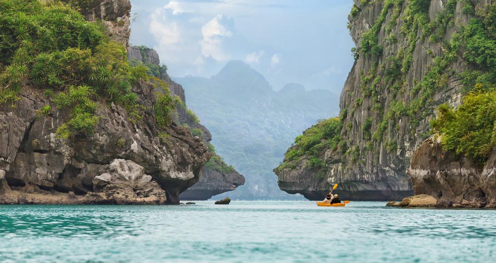 Kanu in der malerischen Halong Bucht
